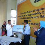 Bank Mandiri menyerahkan bantuan CSR untuk pengadaan buku di Universitas Almuslim.